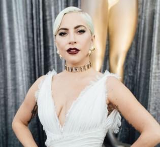 Далеки от идеала: Джессика Альба, Леди Гага и другие звезды с обвисшей грудью