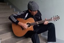 Почему нынешнее поколение редко играет под гитару в подъездах и на улице?