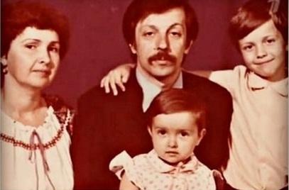 Андрей Губин в детстве с сестрой и родителями