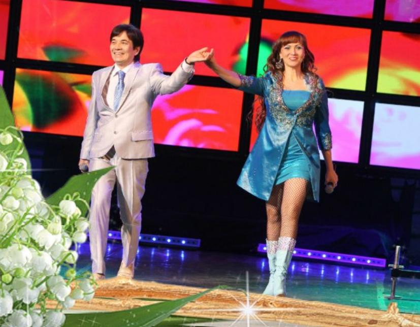 Азалия Рашитова на сцене с мужем