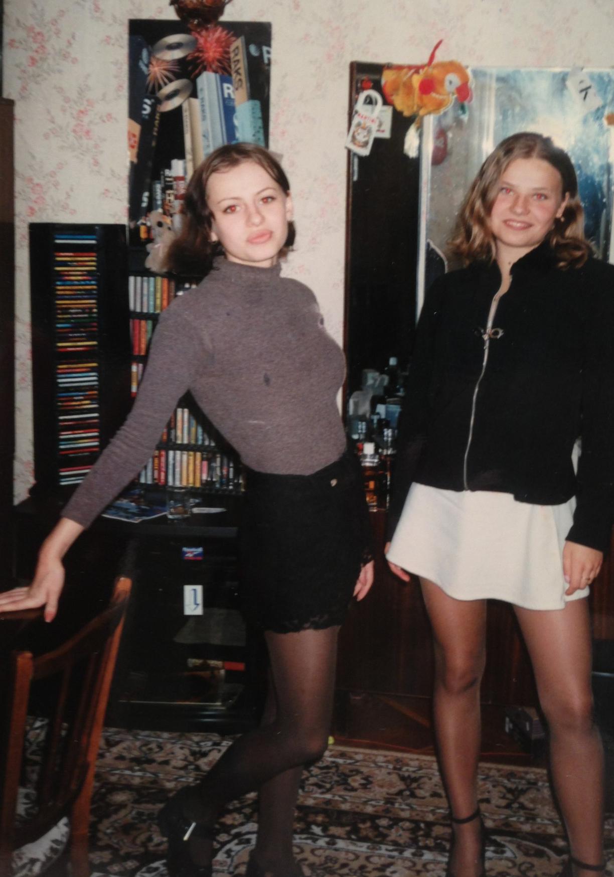 Оксана Лаврентьева в юности с подружкой