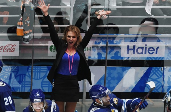 Миронова помогает тренеру