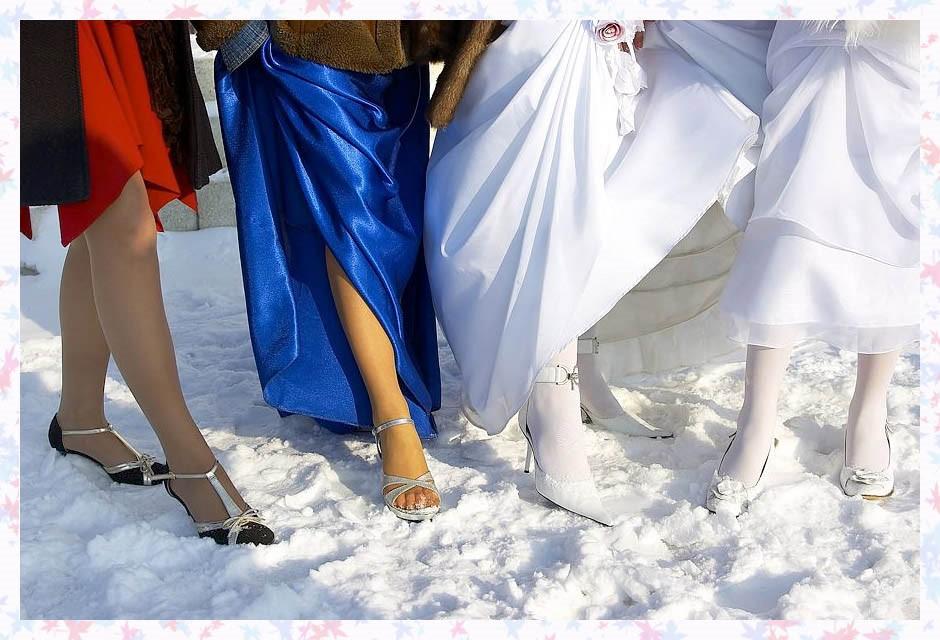 Звездный стиль: кто из знаменитостей не боится выходить в босоножках в мороз